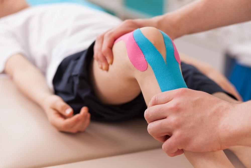 オスグッドの  膝にテーピングを貼っているイメージ