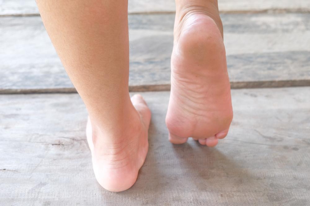 オスグッドの  セーバー病の子供が裸足で歩いているイメージ