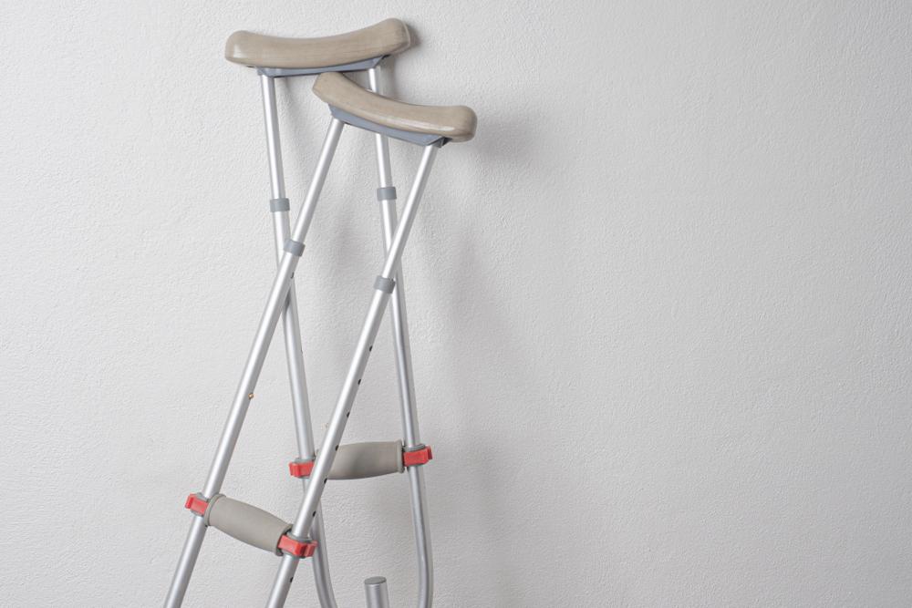 セーバー病の際に使う松葉杖のイメージ